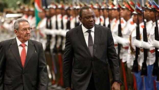 Raúl Castro y el presidente keniata durante la visita oficial de éste a Cuba en marzo. (Minrex)