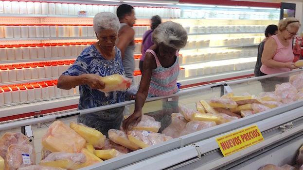 """Para una mujer presente en el mercado """"más o menos se nota alguna rebaja, sobre todo en lo que es el pollo y el picadillo, está mejor que como estaba antes"""""""