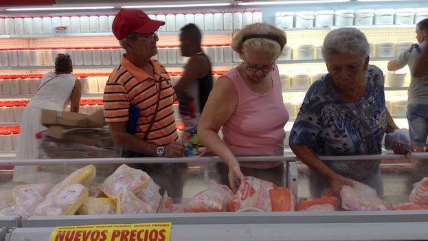 El salario medio mensual en Cuba, según datos facilitados en la última sesión de la Asamblea Nacional de diciembre pasado, es de 640 pesos, el equivalente a unos 26 dólares