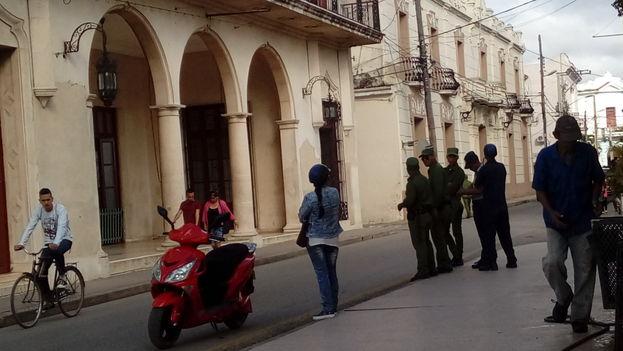 Refuerzo policial a las afueras del Tribunal Provincial de Camagüey el pasado 18 de enero cuando fueron juzgados los acusados. (14ymedio)