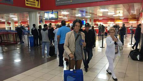 Reinaldo Escobar este lunes después de serle comunicado que no podría abordar su avión a Colombia. (14ymedio)