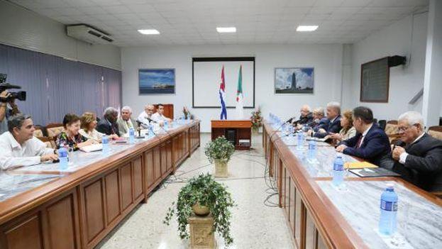 Reunión del primer ministro argelino y su equipo con las autoridades de La Habana. (@Minrex)