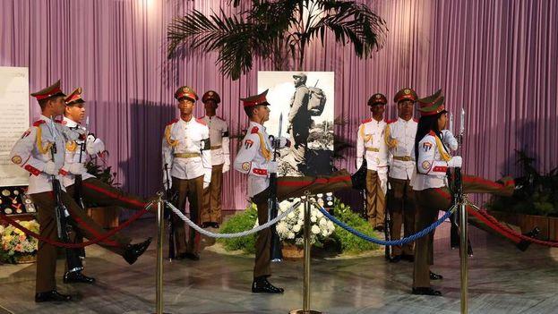 Un grupo de soldados custodia el altar del líder cubano Fidel Castro este lunes, durante el homenaje en su honor en la Plaza de la Revolución de La Habana. (Alejandro Ernesto EFE)