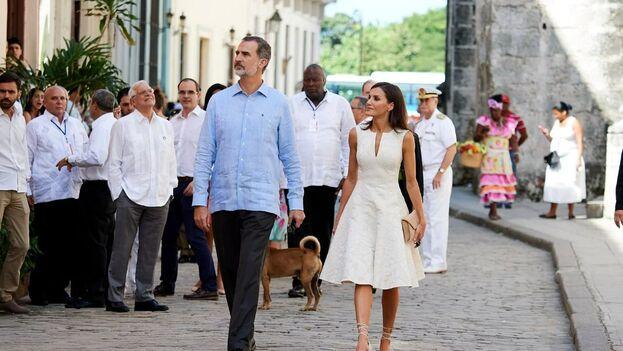 Un perro callejero que se le resistió a las autoridades se coló en la foto de los Reyes de España paseando por La Habana Vieja. (EFE)