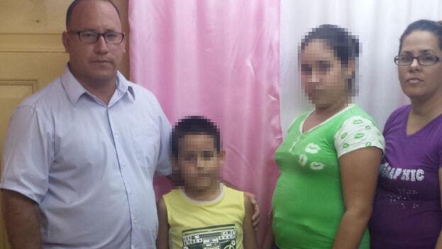 Rigal y Expósito se negaron a llevar a sus hijos a la enseñanza pública gestionada en su totalidad por el Estado, pues consideran que está viciada por una intensa propaganda ideológica. (Facebook)