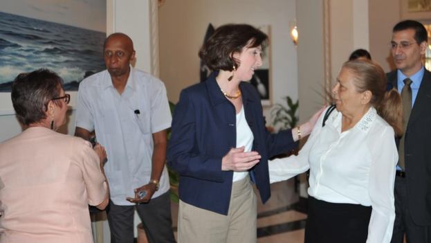 Roberta Jacobson con activistas cubanos (Twitter: Roberta Jacobson)