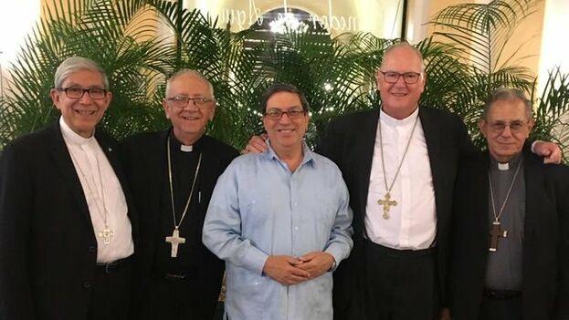 El canciller, Bruno Rodríguez, junto al cardenal Dolan, el arzobispo de La Habana Juan de la Caridad García, y el presidente de la Conferencia de Obispos Católicos de Cuba, Emilio Aranguren. (@BrunoRguezP)