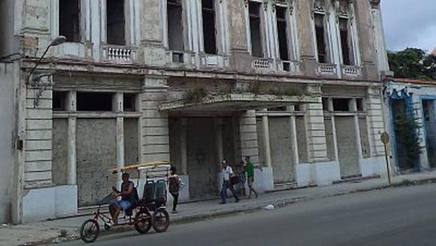 El gigantesco inmueble en la calle Dragones que un día albergó el Hotel Nueva York, el primero expropiado por Fidel Castro después de la Revolución