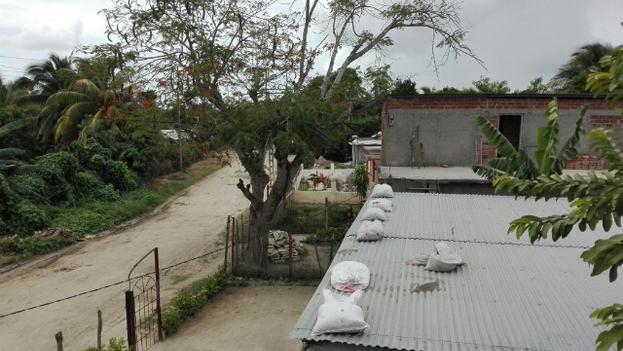 Sacos con arena en techos santiagueros: la manera más popular de evitar que las tejas vuelen con el viento. (Luis Lázaro Guanche)