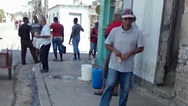 Por las calles de Sagua la Grande, en la provincia Villa Clara, la gente deambula cargada de pomos, cubos y todo tipo de recipientes (14ymedio)