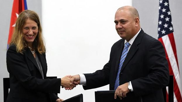 La secretaria de Salud y Servicios de EEUU, Sylvia Burwell y el ministro de Salud de Cuba, Roberto Morales,  tras firmar este juevesun memorando de entendimiento en el área de control, investigación, vigilancia, monitoreo y evaluación del cáncer, en La Habana. (EFE)