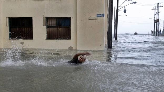 La calle San Gervasio, en Centro Habana, quedó completamente inundada y algunos se desplazaban a nado. (EFE)