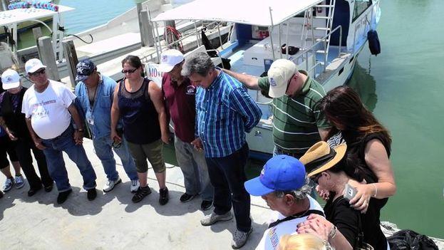 """Ramón Saúl Sánchez (c), líder del Movimiento Democracia, junto a varios simpatizantes antes de la salida de la """"Flotilla de la libertad"""" hacia Cuba. (EFE)"""