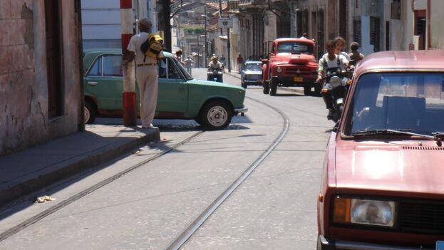 Por décadas el transporte ha sido un gran problema en Santiago de Cuba, donde la movilidad de los pasajeros depende fundamentalmente de los camiones y las motocicletas. (A. Masegi)