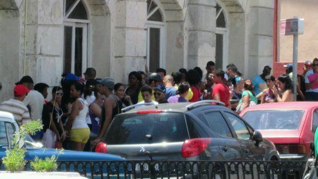 Colas en Santiago de Cuba para aprovechar la nueva oferta de Etecsa. (Yosmany Mayeta Labrada)