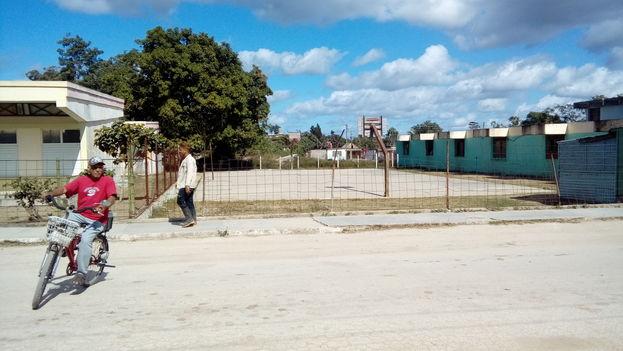 Área deportiva, con refugio soterrado, de la escuela Secundaria Básica Urbana 26 de julio donde ocurrieron los hechos, del Reparto Florat, en Camagüey. (14ymedio)