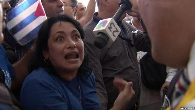 Sucelys Morfa González habla para la cadena televisiva Univisión. (Captura)