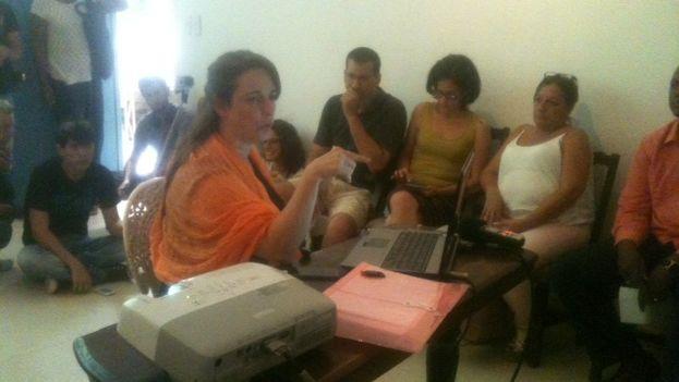 Tania Bruguera durante un conversatorio en su casa de La Habana Vieja. (14ymedio)