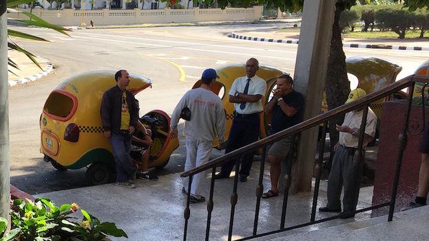 Los taxistas conversan sobre la muerte de Fidel Castro en el portal del Hotel Presidente. Algunos todavía no lo creían avanzada la mañana