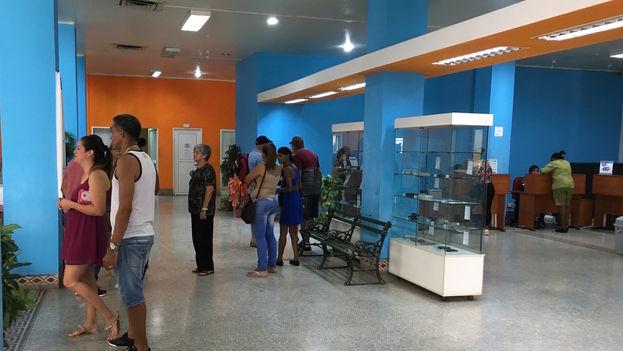 En el interior del Telepunto de Etecsa en la calle obispo, los usuarios buscaban información este miércoles sobre las tarifas del servicio Nauta Hogar. (14ymedio)