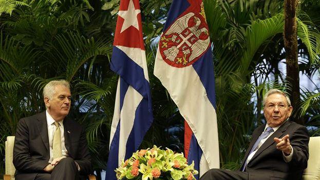 Raúl Castro y Tomislav Nikolic en el Palacio de la Revolución de La Habana. (EFE/Enrique de la Osa)