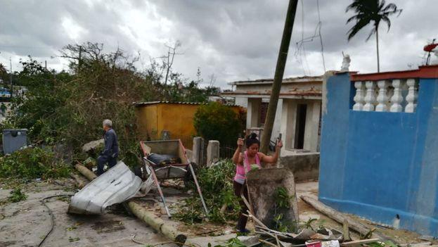 Toneladas de escombros y ramas de árboles llenan las calles de Regla. (14ymedio)