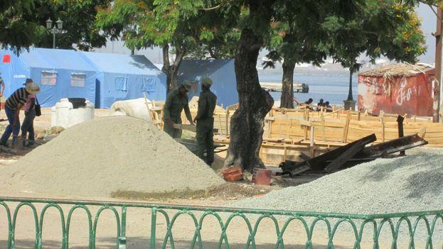 Trabajadores de la construcción en el malecón de Santiago de Cuba. (14ymedio)