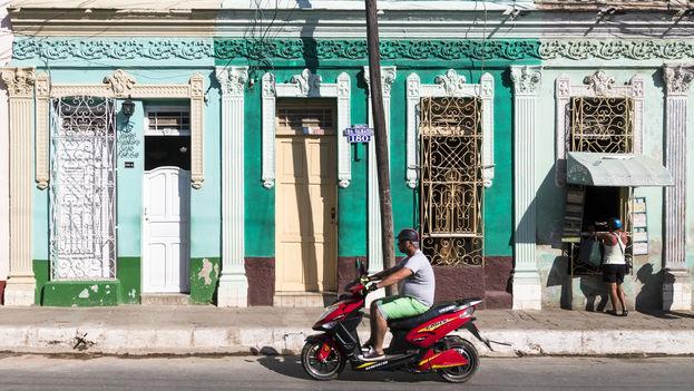 En la ciudad de Trinidad, al centro de Cuba, las 'motorinas' se han sumado a las ofertas para turistas que rentan por horas estos vehículos eléctricos. (L. Ribot)