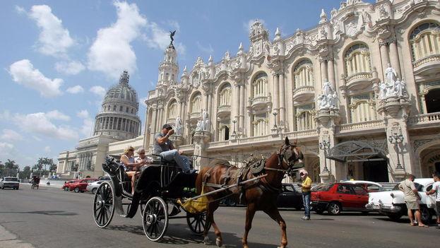Turistas pasean en un coche de caballos en La Habana. (EFE)