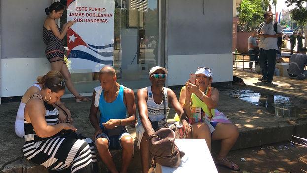Usuario conectados a la red wifi de La Rampa, en La Habana. (14ymedio)