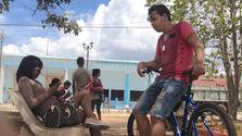 Usuarios conectados al internet wifi en el parque de Jagüey Grande, provincia Matanzas. (14ymedio)