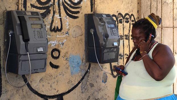 Los 'públicos' mantienen una alta demanda no solo entre quienes no pueden permitirse sufragar un móvil, sino también entre los usuarios de celulares que utilizan su dispositivo apenas como un localizador.