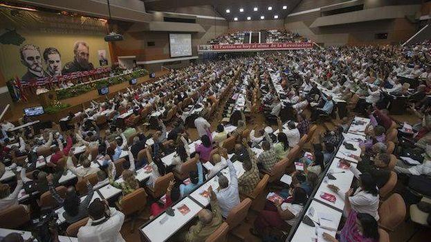 Las deliberaciones en comisiones del VII Congreso del Partido Comunista están guiadas por los miembros del Buró Político. (Minrex)