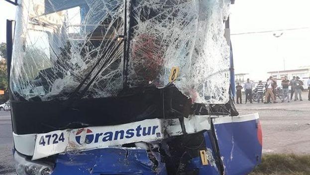 El ómnibus proveniente de Varadero chocó contra el tren de pasajeros que cubre la ruta entre Bayamo y la comunidad de Guamo. (Lizet Márquez Gómez)