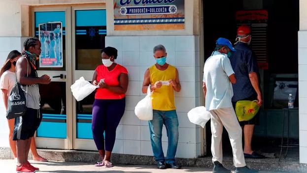Varias personas esperan su turno para comprar en una panadería, en La Habana, el 11 de agosto de 2020. (EFE/Yander Zamora)
