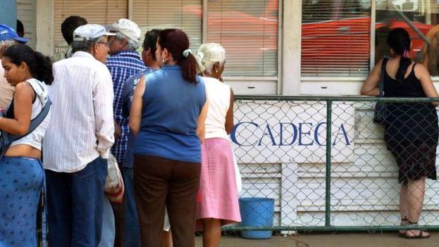 Varias personas hacen cola en una casa de cambio (CADECA). (EFE)