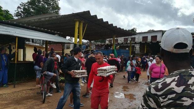 Varios locales de comercio estatal despachaban sus últimas mercancías por temor a que la falta de refrigeración dañe los productos. (14ymedio)