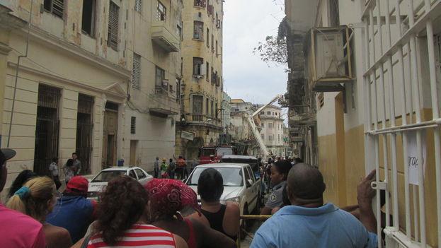 Vecinos se acercan al área del derrumbe custodiado por los efectivos de la policía (14ymedio)