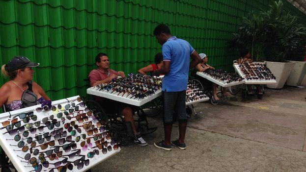 Vendedores informales de gafas, un producto que llega mayoritariamente a través de las mulas. (14ymedio)