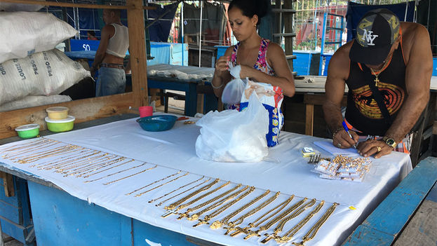 Vendedores de piezas de acero quirúrgico en La Cuevita. (14ymedio)