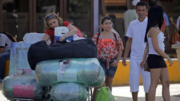 Viajeros y acompañantes en el exterior del aeropuerto José Martí. (Martí Noticias)