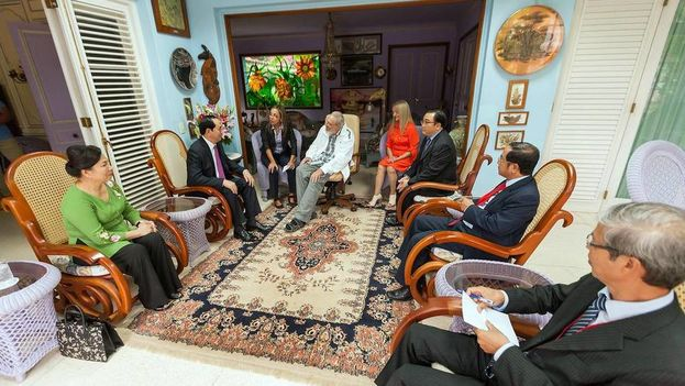 El presidente de Vietnam se encuentra con el expresidente cubano Fidel Castro en su casa. (EFE)