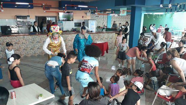 """En el hotel Tulipán el payaso azul protagonizó el espectáculo """"Los niños también votan por la patria"""".(14ymedio)"""