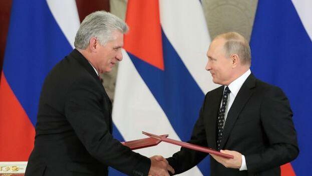 El mandatario ruso, Vladímir Putin (d), y su homólogo cubano, Miguel Díaz-Canel, durante la firma de acuerdos bilaterales. (Archivo EFE)