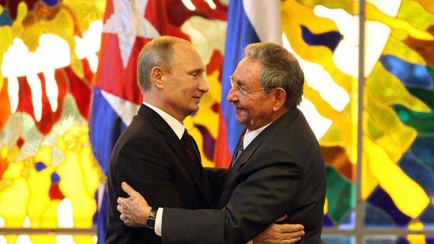 Raúl Castro y Vladimir Putin en el Palacio de la Revolución. (EFE/Alejandro Ernesto)