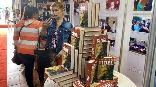 Volúmenes con el rostro de Fidel Castro y otros de alabanzas al Partido Comunista cortan el entusiasmo de visitar el área expositiva de Vietnam, el país invitado de este año. (14ymedio)