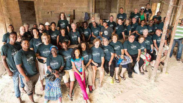 Voluntarios de Maranatha fuera de la Iglesia Adventista del Séptimo Día en Cárdenas (Terry Schwartz / Maranatha)