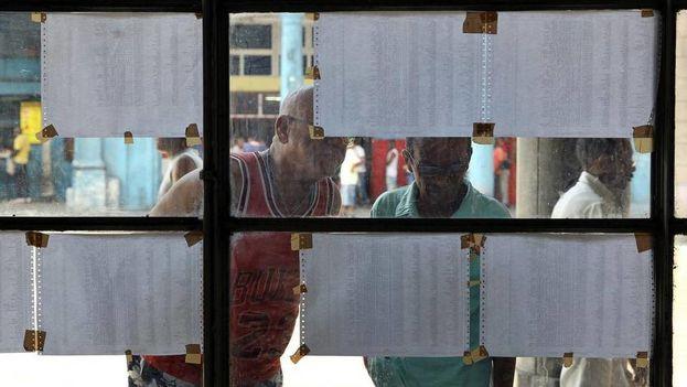Votantes observan las listas electorales en La Habana. (EFE)