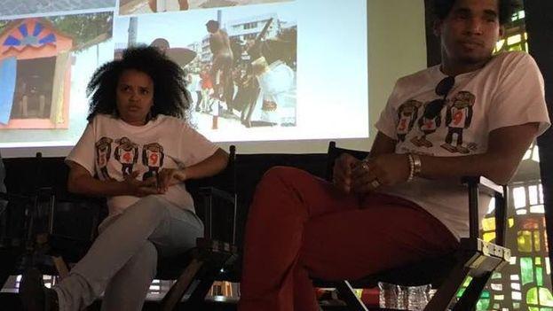 Los artistas Yanelys Núñez y Luis Manuel Otero Alcántara vistieron los pulóveres requisados en una presentación que llevaron a cabo en Miami contra el decreto 349. (14ymedio)
