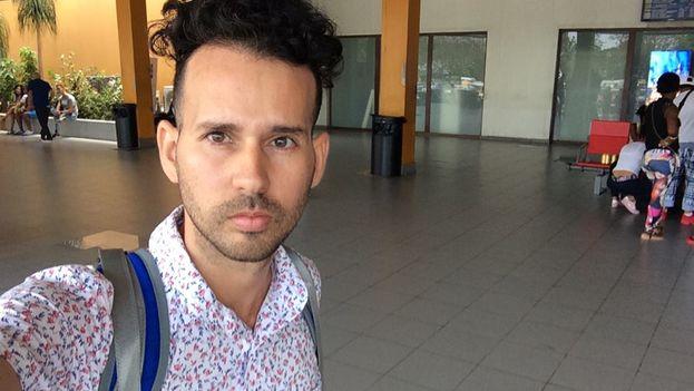 Yaudel Estenoz en el aeropuerto de La Habana antes de que le fuera prohibido viajar a Trinidad y Tobago. (fACEBOOK)